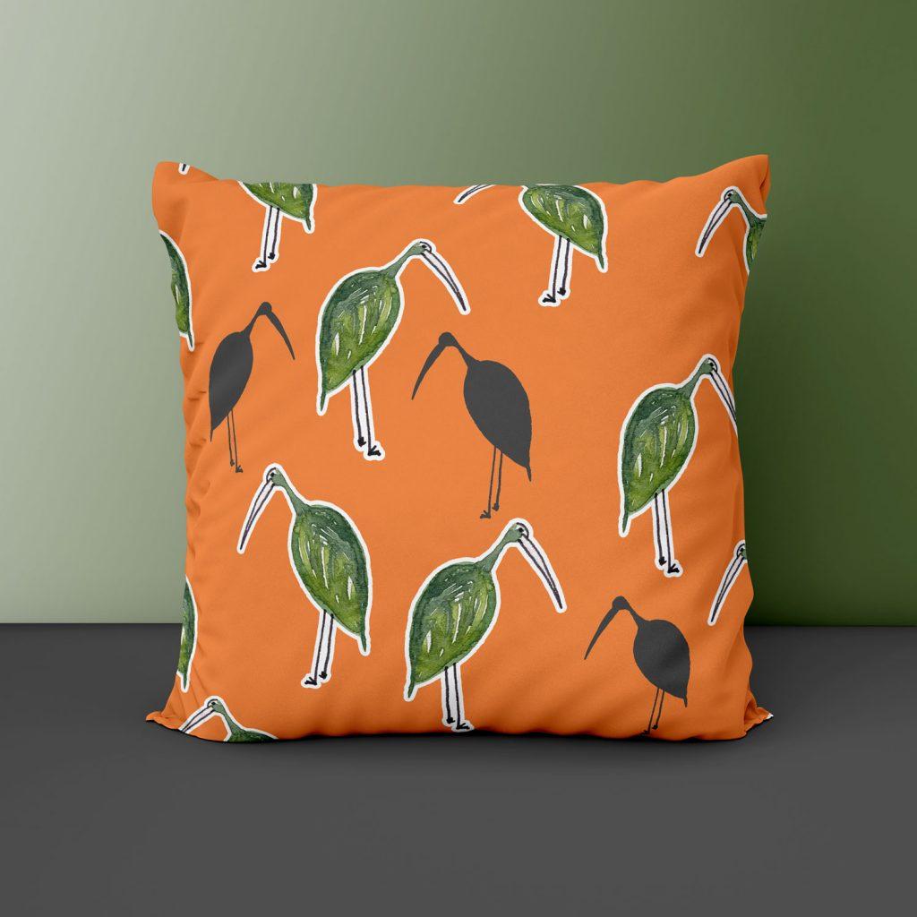 Oranssi tyyny lintukuosilla